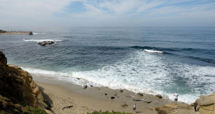 1024px-The_surf_on_La_jolla_beach_California