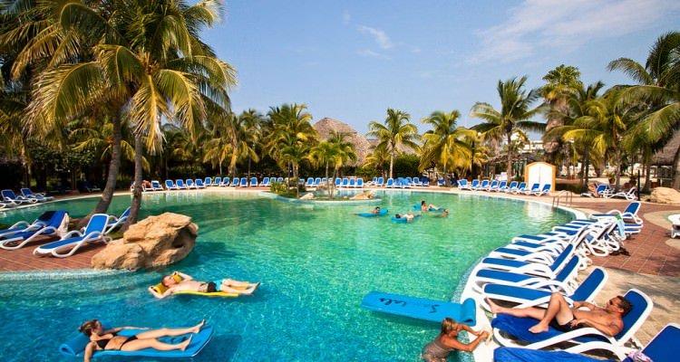 1024px-Sandals_Cuba_Pool